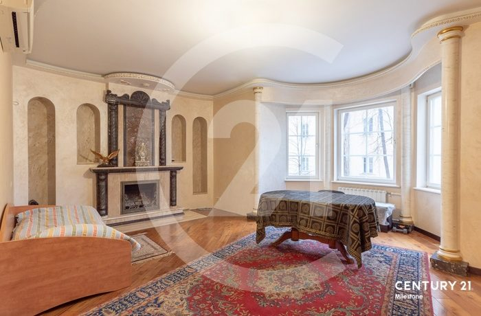 Предлагается просторная 5-комнатная квартира в историческом центре Москвы