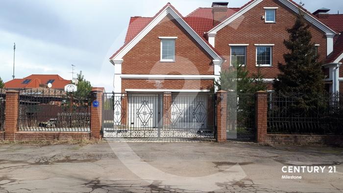 Загородный коттедж находится в закрытом, круглосуточно охраняемом поселке